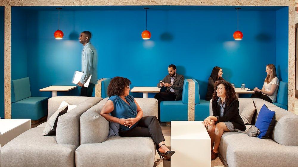 A área lounge cria um espaço acolhedor tanto para visitantes como para colaboradores da TripActions.